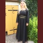 guldtrådskantad klänning