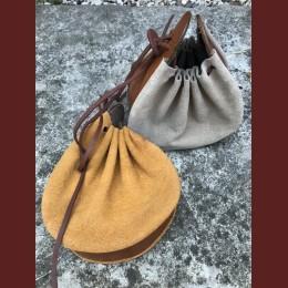 Rymlig bältesväska
